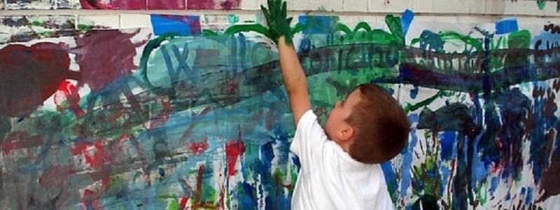 2017 Enfant peignant sur un mur 800 340