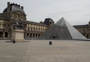 2020 05 11_ Louvre pyramide cour TLM